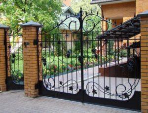 Кованые распашные ворота в загородный дом