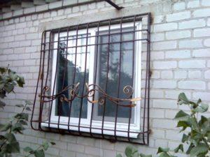 Сварные решетки на окна наружные для первого этажа с элементами ковки