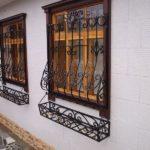 Оконные кованые решетки с цветочницей