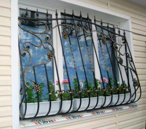 Кованые решетки на окна под цветочницу