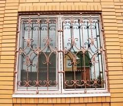 Кованые и сварные решетки на окна для загородного дома