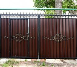 Распашные ворота с калиткой и элементами ковки