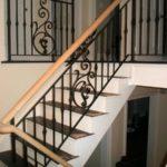 Кованые перила для лестница с деревянными поручнями