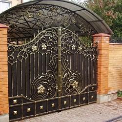 Металлические ворота с элементами художественной ковки