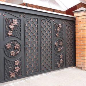 Металлические откатные ворота с элементами ковки