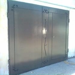 Распашные металлические ворота для гаража с элементами ковки