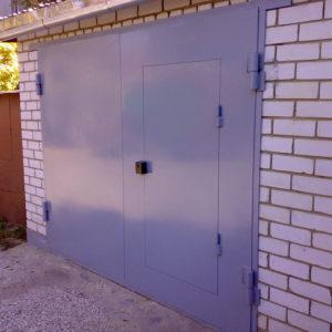Утепленные гаражные ворота с дверью